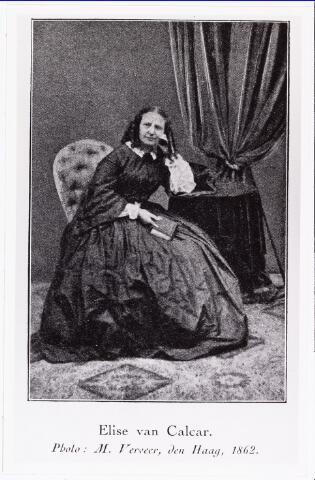 006732 - Elise van Calcar (1822-1904) gefotografeerd op 40-jarige leeftijd. Eliza Carolina Fernanda Schiotling (Elise) werd op 19 november 1822 te Amsterdam geboren als dochter van Johannes Schiotling en Anna Carolina Fleich Haker. In 1945 werd zij onderwijzeres. In 1948 kwam zij naar Breda en opende daar in1851 een zondagsschool voor de arme kinderen uit de omgeving.