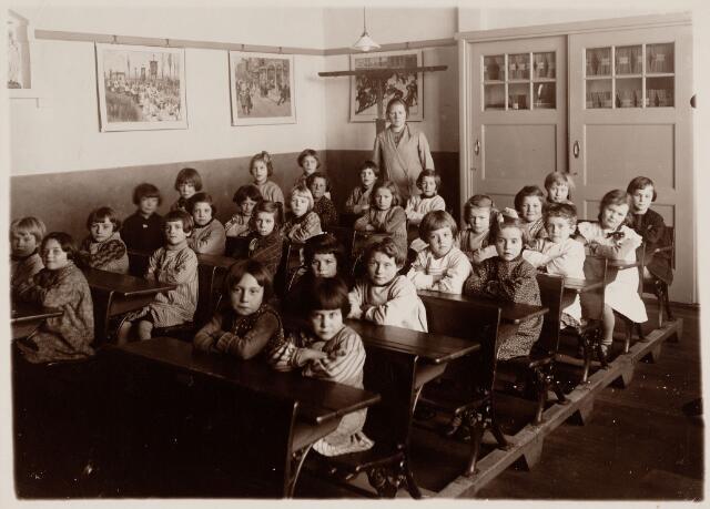 049701 - Onderwijs. Klas van een bijzondere r.k. meisjesschool. Op de achtergrond juffrouw Anna van Meerendonk uit Tilburg.