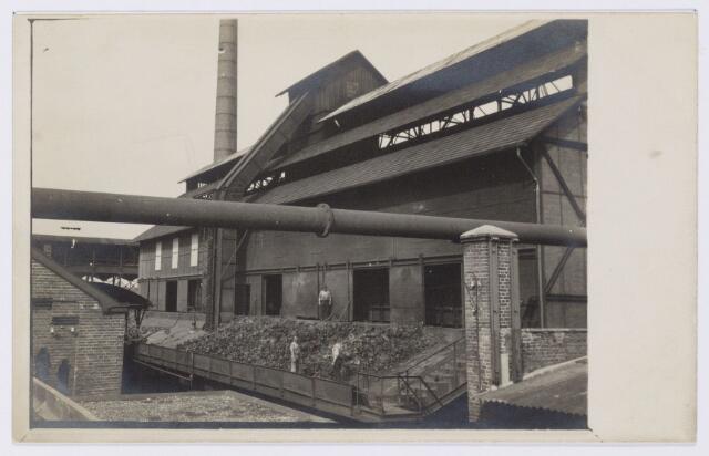 104172 - Energievoorziening. Gas- en Electriciteitsbedrijf (GEB). De bouwwerken voor de electriciteitsfabriek naast de gasfabriek zijn in volle gang en daarmee ontstaat het GEB , het gas- en electriciteitsbedrijf. Op 24 juni 1911 kan de levering van electriciteit plaatsvinden. In september 1954 wordt de electriciteitsproductie overgedragen  aan de PNEM; na 1958 is de centrale in Tilburg ontmanteld en gesloopt; Bij de komst van het aardgas verdwijnt ook het gasbedrijf. Blus-vloer