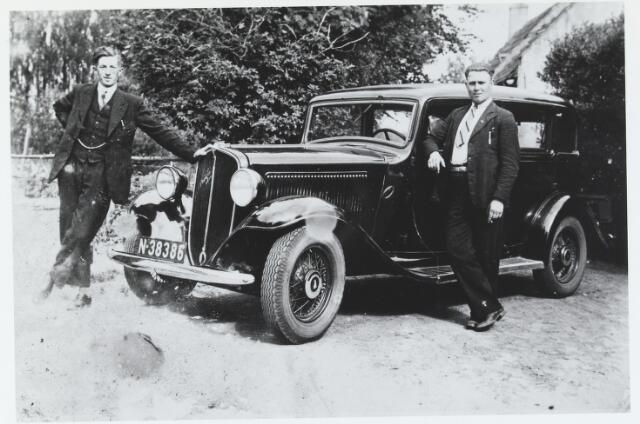 055945 - Het eerste taxibedrijf in Esbeek. Links Jan Noordermeer, pleegkind van de familie van de Zalm en rechts Janus Hamers