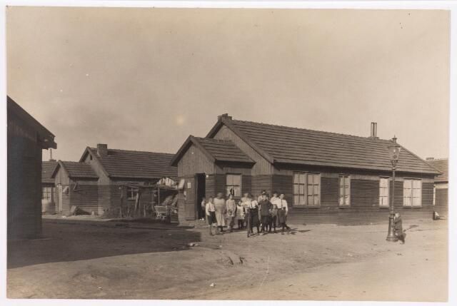 034664 - Houten noodwoningen aan de Wichmansstraat.
