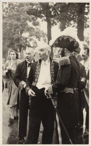 048961 - Festiviteiten te Tilburg b.g.v. het 50-jarig regeringsjubilé van Koningin Wilhelmina op 6 september 1948. Aankomst van koning Willem II bij de 'Vier Winden' aan de Bredaseweg ter hoogte van het oud Belgisch lijntje.  Verslag over deze festiviteiten met optocht staat in het Nieuwsblad van dinsdag 7 september 1948. vlnr. Charles Gimbrére, Jos v.d. Brekel, Aug. Buddemeijer, A. Grinsven.