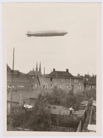 041561 - Luchtvaart. De Graf Zeppelin maakte vanuit Friedrichhafen een rondvlucht boven Nederland en kwam daarbij ook boven Tilburg op 18 juni 1932. Het luchtschip was op weg naar naar de Waalhaven te Rotterdam. foto: De Graf Zeppelin boven Tilburg op 18 juni 1932. De maker dr. ir. Echener is op 14 augustus 1954 op 86-jarige leeftijd overleden. (zie Tilb. Courant dd. 20 juni 1932)