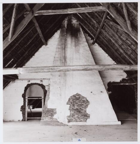 062689 - Boerderij Denissen. Zolder boven de stal met schoorsteen van de schouw; de boerderij is geheel van binnen verbouwd en  genoemd naar de oorspronkelijke eigenaar;  thans in gebruik als party centrum;