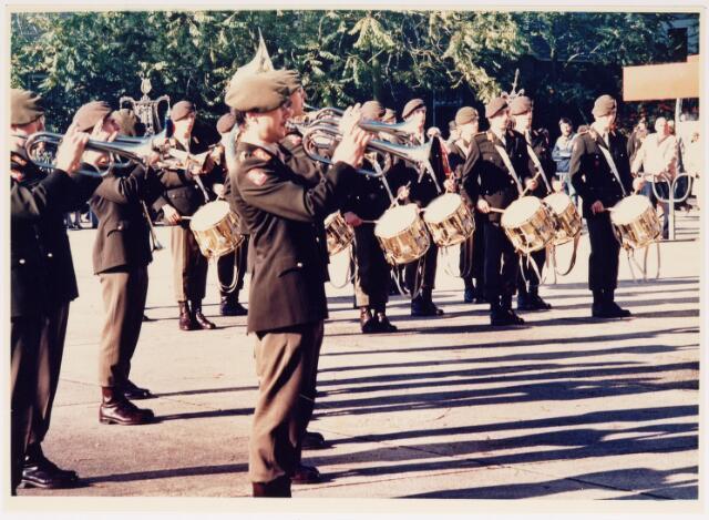 043247 - Het muziekcorps van Prinses Irene Brigade geeft optreden b.g.v. 'Tilburg 40 jaar bevrijd'.