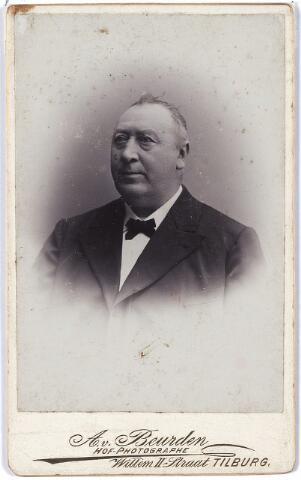 004453 - Waarschijnlijk is dit het portret van Alexander HERCULEIJNS, geb. Tilburg 1838, van beroep slager, die zich tevens hofleverancier mocht noemen, gevestigd in de Nieuwlandstraat. Hij was lid van het armbestuur (armmeester). In 1859 huwde hij in Tilburg met Wilhelmina Puppinghuisen, geb.1833 in Zijfflick (Dld).