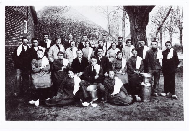 061974 - Landbouwonderwijs. Deelnemers aan de melkcursus 1927-1928; theoretisch gedeelte door meester van Mesnvoort en het praktische gedeelte door de zuivelconsulent of voormelker Sjef van de Ven; iedereen moest een eigen handdoek meebrengen; op de foto gemaakt naast de boerderij van destijds de fam J. van Rijswijk aan de Raadhuisstraat; zittend v.l.n.r. mej. F. Dekkers, Jan van Rijswijk en Pietje Voermans; daarachter op de stoelen Anna van Laarhoven, Jans van Rijswijk, Sjef van de Ven, meester Nic. van Mensvoort, Jans van Laarhoven, mej B. Dekkers en staande daarnaast Piet van Rijswijk en Marinus Bergmans; op de 3e rij v.l.n.r. Harrie Adams, Kees van Kasteren, mej. van Korven, Janske van Broekhoven, Keeke Kemps (een uit Oirschot afkomstige inwonende meid) Berta van Esch, de zus van Keeke Kemps, Maria van Rijswijk en Piet van Gorp; achteraan staande v.l.n.r. Piet van Esch, Jan Bergmans, Jan Verhoeven, Jan Denissen en Piet Segers.