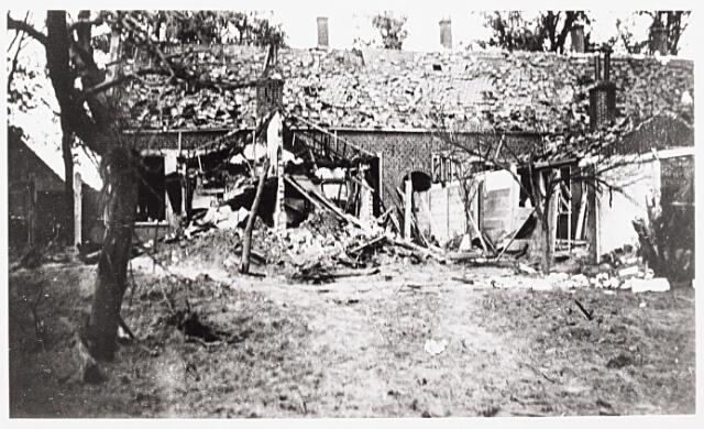 013450 - WOII; WO2; Tweede Wereldoorlog. Oorlogsschade. Vernielingen. Door een bombardement beschadigde huizen aan de Bredaseweg