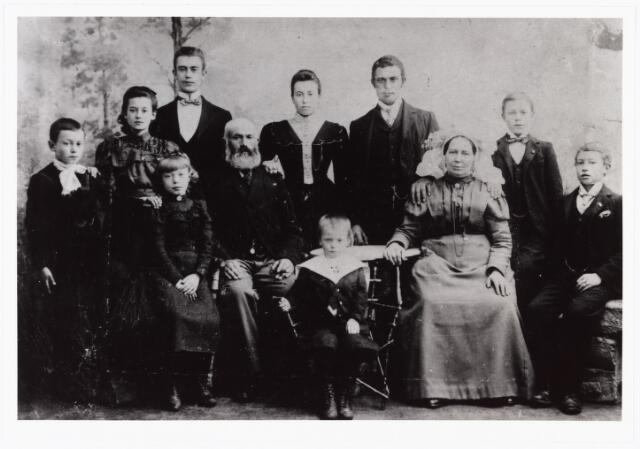 007880 - Gezin Van Santvoord- Mohnent t.g.v. hun zilveren bruiloft in 1903. Tuinman Martinus van Santvoord geb. Tilburg 24-3-1849, zoon van tuinman Waltherus van Santvoord en Elisabeth van de Laar, trouwde te Tilburg 29-5-1878 met Hendrika Mohnen geb. Veghel 6-5-1849, dochter van wijlen Matheus Mohnen en van Johanna van Opsteen. Op de foto zittend v.l.n.r. Anna Josephina geb. Tilburg 17-3-1892, Martinus van Santvoord, Franciscus Maria geb. Tilburg 29-1-1895, Hendrika Mohnen en zoon Johannes geb. Tilburg 11-12-1885, Staande v.l.n.r. Adriaan Franciscus geb. Tilburg 15-4-1890, Elisabeth Johanna geb. Tilburg 11-9-1887, Charles Waltherus geb. Tilburg 2-11-1882, Maria Elisabeth geb. Tilburg 10-2-1881, Matheus Josephus geb. Tilburg 18-4-1879 en Antonius Franciscus geb. Tilburg 18-2-1884.
