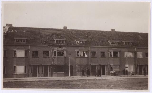 013242 - WO2 ; WOII ; Tweede Wereldoorlog. Bevrijding. Door oorlogsgeweld beschadigde huizen langs de Ringbaan-Zuid, ter hoogte van het Leypark. De buurt lag pal in de frontlinie, wat ondermeer te merken is aan de talrijke dichtgespijkerde ramen