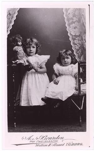 004032 - Anna Catharina Maria DONDERS (1897-1977) en haar jongere zusje Maria Catharina Josephina (1898-1982), dochters van Hubertus Franciscus Antonie (Hubert) Donders (1863-1944), sigarenfabrikant en  assurantiemakelaar, en Josephina Elisabeth Maria Knegtel (1868-1941). kopie (reproductie; origineel niet in collectie aanwezig)