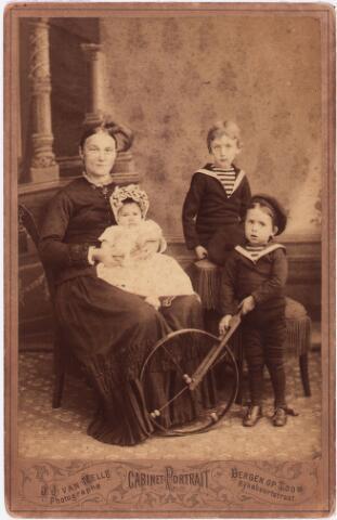 003821 - Cabinet-portret van Francisca Josephina de BRES (Tholen 1858 - Tilburg 1938) met de kinderen van haar werkgeefster.  Zij was gehuwd met Franciscus Wilhelmus van Kasteren (Vught 1860 - Tilburg 1943) .