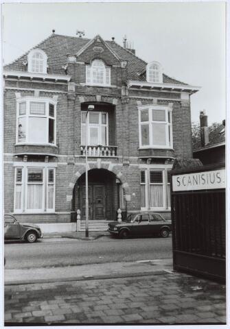 024717 - Voormalig woonhuis van de familie Janssen - Franken aan de Korvelseweg gezien vanuit de poort van de St. Canisius Mavo
