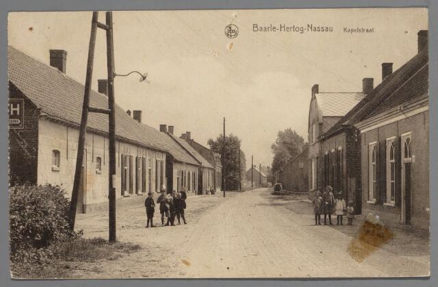 065574 - Inkijk in de Kapelstraat de oude verbindingsweg vanuit Baarle naar de St. Salvatorkapel op Nijhoven; met moderne klinkerbestrating, gemengde woon- en boerderijbebouwing erlangs, zowel gelegen in Baarle-Nassau als Baarle-Hertog