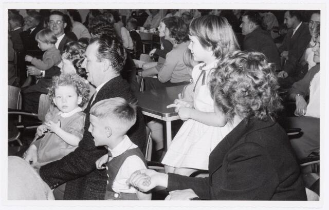 038729 - Volt. Oosterhout. Sint Nicolaasviering voor de kinderen van het personeel in 1959. Fabricage- of productie vond in Oosterhout plaats van april 1951 t/m 1967. Sinterklaas. St. Nicolaas