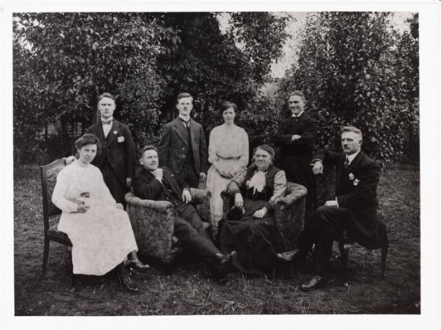 007780 - Familie Roothaert op de trouwdag van Sjaak 5.8.1919 in de tuin van de St. Janstraat 50. Van links naar rechts boven Harry (1898-1977) Sjaak (1894-1966) zijn vrouw Annie van Beek (1889-1954) en Anton de schrijver van de 'Doctor Vlimmen trilogie'. Zittend van links naar rechts Victoire Lejeune vrouw van Jan van Gorp (1882-1957) Anton sr., zijn vrouw Johanna de Leuw (1858-1923) en Jan van Gorp, een zoon uit haar eerste huwelijk (1881-?).