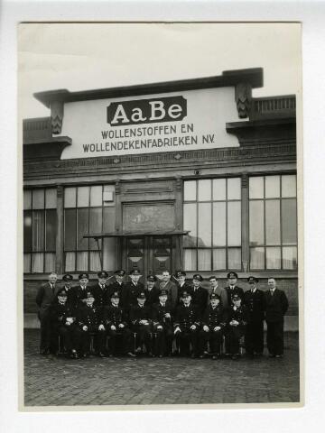 604170 - Groepsbezoek/rondleidingen bij AaBe werden vaak/altijd bevestigd met een groepsfoto voor de voorgevel van de fabriek..
