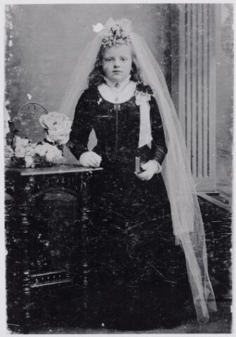 045983 - Eerste communiefoto van Lucia Johanna Josephina van Dun, geboren te Riel op 12 augustus 1899 en overleden te Goirle op 16 februari 1970. Haar ouders waren Peter van Dun en Johanna Catharina van Boxtel. Zij trouwde op 19 mei 1924 met, de uit Berghem afkomstige garenverver, Leonardus Lambertus Verhoeven.