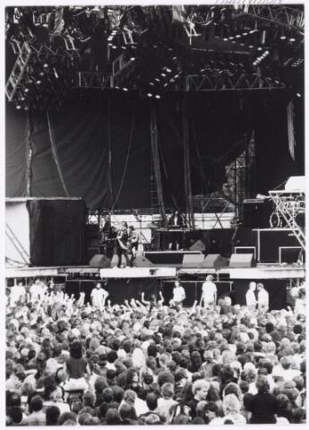 043414 - Op 4 september 1988 vond in het stadion van Tilburg muziekevenement plaats getiteld 'Monsters of Rock'.