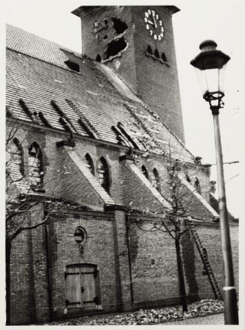 012413 - Tweede Wereldoorlog. Vernielingen. Door geallieerd geschut zwaarbeschadigde Sacramentskerk aan de Ringbaan-Oost