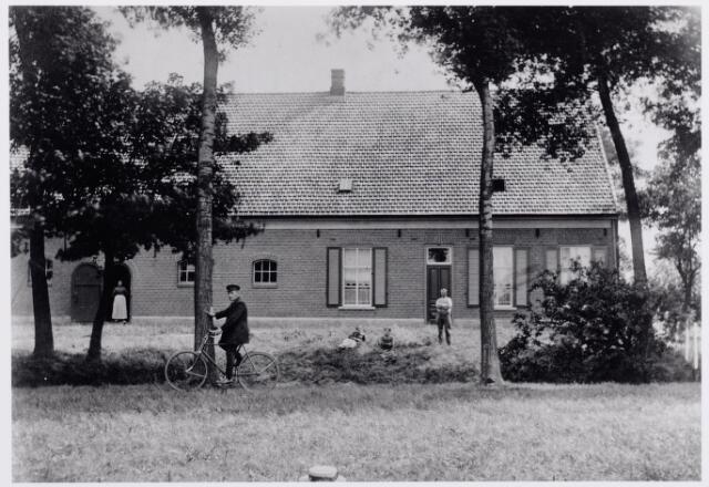 """046218 - De Leeuwenhoeve aan de Abcovenseweg, voorheen een leengoed, dat in de 17e eeuw omschreven wordt als """"een huijs metten boomgaert, weijden ende landen allen aenden anderen liggende onder de parochie van Goirle"""". De familie Soffaerts verhief het leengoed op 8 oktober 1672. Daarna kwam het in het bezit van de families Alewijns, Moonen, Bacx en de Tilburgse notaris Bles. Na de openbare verkoping door de schuldeisers van Bles in het begin van de negentiende eeuw, werd de hoeve eigendom van de Antwerpse grootgrondbezitter en voornaamste schuldeiser ridder Bosschaert de Bouwel. De boerderij kreeg in de negentiende eeuw achtereenvolgens de benamingen """"hoeve Abcoven, Goirlesche Hoeve en Leeuwenhoeve"""". Na de Bosschaert werd koning Willem II in 1834 de nieuwe eigenaar, opgevolgd door Antonij Goijarts uit Tilburg (1846) en Jacques Joseph Majoie uit Hilvarenbeek (1860), die er 10.500 gulden voor betaalde. Na de deling van de goederen van Majoie in 1870 werd de boerderij eigendom van schoonzoon Jansen, fabrikant te Tilburg. Door diens erven werd de boerderij verbouwd in 1909. De voornaamste pachters in de negentiende eeuw waren Jan Burgers, Josephus van Roessel en diens schoonzoon Adrianus de Brouwer."""