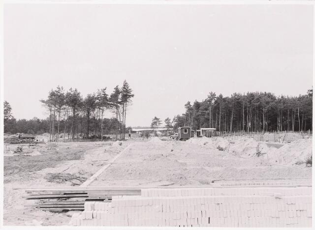 """033096 - Het uitbreidingsplan """"Wandelbos"""" in uitvoering op de achtergrond de brug van de Dongenseweg"""