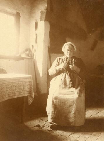 600843 - Waarschijnlijk: dienstbode Mieke Strijbosch (1861-1945) in de sousterrain-keuken van Kasteel Loon op Zand. Families Verheyen, Kolfschoten en Van Stratum