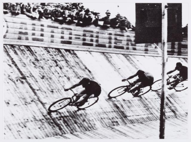 054423 - Sport. Wielrennen. Internationale wedstrijden op de Tilburgse wielerbaan aan de Enschotsestraat; Sprintwedstrijden over 5 baanronden, gewonnen door Jan van Kempen (vooraan) P. Resiger werd 2e (tweede)