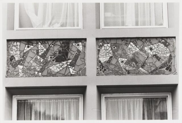 """067684 - MOZAÏK van B. SCHRÖDER-DONDERS. Lokatie: Kloosterstraat 32, voormalige School voor Bijzonder Lager Onderwijs """"St. Michaël"""".  Trefwoorden: Kunst in de openbare ruimte. Onderwijs."""