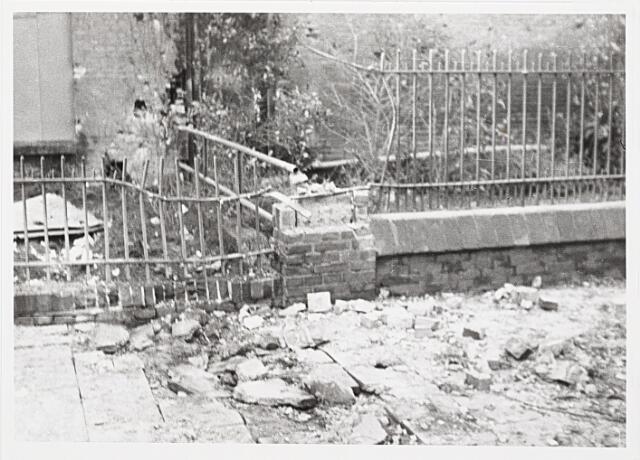 012401 - WO2 ; WOII ; Tweede Wereldoorlog. Vernielingen. Door granaatinslagen beschadigde woning op het Molenbochtplein. Het eveneens getroffen pand rechts maakte deel uit van de fratersschool.