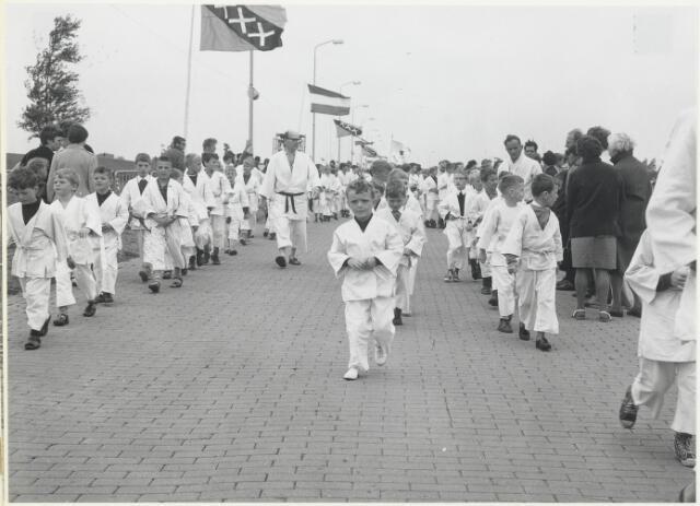 91675 - Made en Drimmelen.  Tijdens de officiële opening van Jachthaven De Biesbosch lopen de leden van een sportclub (judo?) mee in de parade.