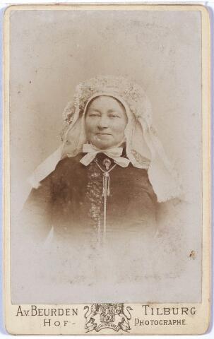 004943 - Vermoedelijk: Antoinette Johanna van LOON (Lage Mierde 1860 - Tilburg 1931), in Brabantse klederdracht. Zij trouwde met Petrus Hubertus Knegtel (Tilburg 1847-1921), tabakshandelaar.