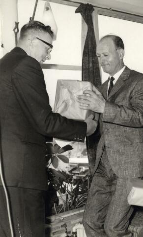 093054 - Viering van het 25-jarig bestaan van de R.K. Bond van Melkhandelaren St. Martinus. Rechts bestuurslid Toon Baak, melkhandelaar aan het Rooseveltplein 55.