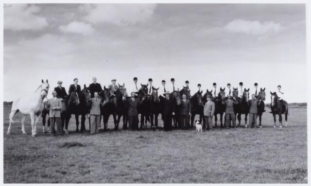 053857 - Sport. Paardrijden. Rijvereniging de Kapelleruiters van de Hasselt te Tilburg. Staande v.l.n.r. W. Teurlings, Jan Vissers, (bijgenaamd Ton Poes), Jan Bastiaansen, Frans Ketelaars, Kees Fouchier, voorzitter Piet Schuurmans, zijn zoon Leo Schuurmans en Jan Bastiaansen (er waren twee leden met deze naam bij de vereniging) Zittend op het paard v.l.n.r. Piet Kolen, Smulders, kapelaan van Reijt, later pastoor van St. Lucas, Fons Reijnen, Sjaak Zebregts, Ad Ketelaars, Drik Claassen, Jan Verhoeven, Jan Versteijnen, Willeke Leijten, Jan Leijten, commandant Thijs Elissen, Ad Smulders, Toontje Schuurmans en Toontje Timmermans. De vereniging werd opgericht in 1930 en werd in de jaren 1963/64 opgeheven.