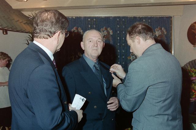 1237_001_065_021 - Een huldiging bij Unie BLHP, Unie van Beambten, Leidinggevend en Hoger Personeel in november 1999.