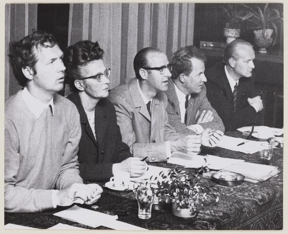 100386 - Gemeentebestuur.  Van links naar rechts: 1e Karel Spitters(Chef P en O) 3e Jef Janssen ( Raadslid PvdA ) 4e Wethouder mr. G.Ph. Brokx (1933-2002).