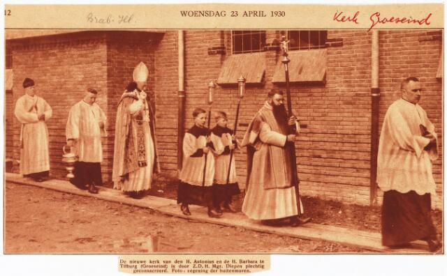 009772 - De nieuwe kerk van de H. Antonius en de H. Barbara te Tilburg (Groeseind) is door Z.D.H. Mgr. Diepen plechtig geconsacreerd. foto: zegening van de buitenmuren.