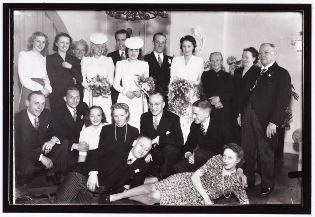 007351 - Huwelijk van Mathieu Lejeune en Cis Gijsbrechts ; Bovenste rij 6e van links Jose Gijsbrechts gehuwd met Ko Lejeune(onderste rij 6e).   De hele familie Gijsbrechts (4 dochters Dien, Jo, Jose en Cis) en de familie Lejeune (Pa, ma Mathieu, Ko, Joop, Jean en Riet).