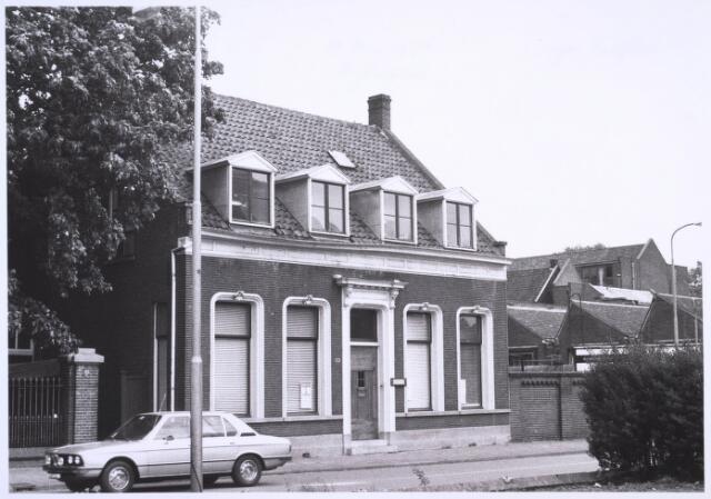 023141 - Pand St. Josephstraat 131 op de hoek met de Lancierstraat (rechts). Rechts een gedeelte van wollenstoffenfabriek Beka