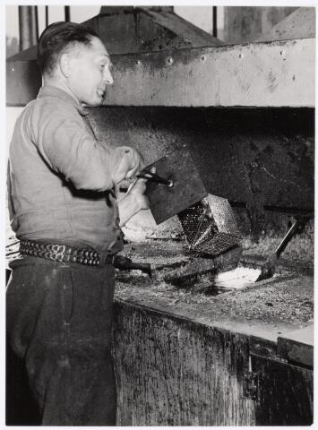 038953 - Volt. Zuid. Chemische Afdeling. Productie of fabricage, Galvanische Afdeling. Dhr. Piet Maes bezig met het dompelvertinnen van onderdelen. Naar schatting ca. 1960.
