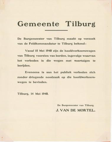 1726_045 - Affiche Tweede Wereldoorlog.   Bekendmaking door burgemeester van Tilburg J. van de Mortel, op verzoek van de Feldkommandatur op 14 mei 1940.  Vanaf 15 mei 1940 geldt een verbod om de hoofdverkeerswegen van Tilburg met voertuigen te berijden. Ook voor publiek is het verbond om zich zonder dringende reden op de hoofdverkeerswegen te bevinden.   Afmeting: 44x56 cm, Drukker onbekend, 14 mei 1940.  WOII. WO2. Infrastructuur.