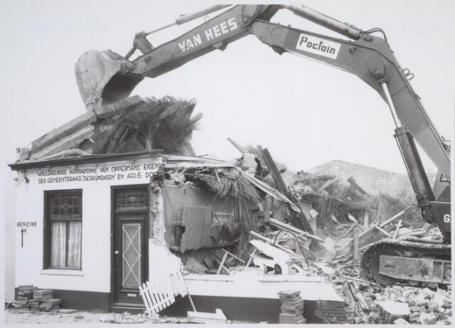 026174 - Op 11 juni 1982, precies om 15.00 uur, begon de firma Van Hees met de sloop van garage Oppermans aan het Lijnsheike, waarmee een einde kwam aan een langdurig conflict tussen eigenaar en gemeente