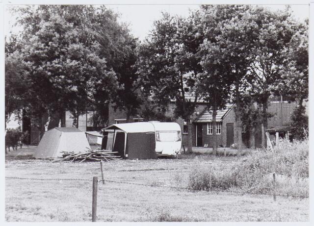 062778 - Landbouw. Boerderij met kampeerders aan de Hoevenseweg 8