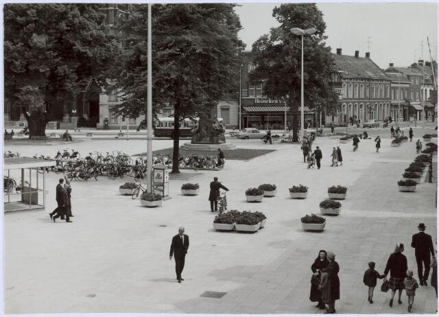 021135 - Oostzijde van de Heuvel, met rechts op de achtergrond de Korte Heuvel, in 1964