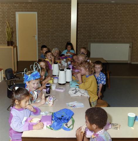1237_012_915-1_010 - School Fatima, in- en exterieur met kinderen. Een middelgrote basis school in de wijk Fatima.