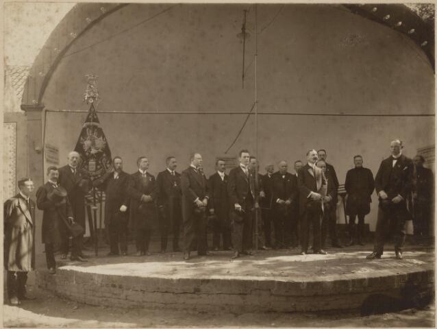 """104645 - Van 19 t/m 22 september 1920 werd een tuin- en landbouwtentoonstelling gehouden in Oosterhout. Het bestuur werd gevormd door E. Fick, A. Speekenbrink en W. van der Linde. Met een matinee, gegeven door de """"Koninklijke Harmonie Oosterhout"""", werd deze tentoonstelling geopend.; uiterst links Piet Smits; 6e van rechts F. Ridder de van der Schueren, burgemeester; 8e van rechts wethouder van Leijzen; 3e van links Sips-van der Weijers, suikerwarenfabrikant (werkte vroeger bij Smits-van Gils)"""