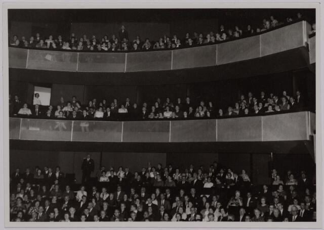 041157 - Vakbeweging. Op 31 augustus 1963 vierde de R.K. Bond Werkmeesters afd. Tilburg het 50-jarig bestaan. 1e een Solemnele H. Mis in de parochiekerk st. Jozef. 2e een feestelijk ontbijt in het parochiehuis aan de Veemarktstraat. 3e herdenkingsbijeenkomst in het Chicago-Theater. 4e Officiële receptie in de zalen van café-restaurant Th. van Broekhoven (Smidspad 42) 5e Feestavonden op 7 t/m 9 september 1963 met uitvoering Operette 'Rumoer in Weinbach' in de Stadsschouwburg met een afsluitend diner.