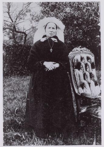 061724 - Landbouw. Mijntje Denissen-Pijnenburg, geboren 1847 en overleden 1939 , Donkersteeg 1, thans Hoog Heukelom 11.