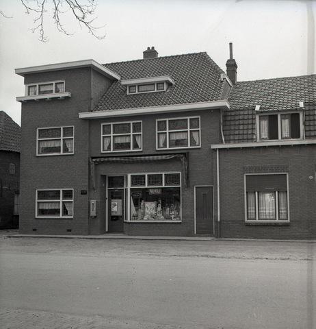 653795 - Exterieur van een Vegé-winkel. Vegé was een afkorting van VErkoop GEmeenschap en was een samenwerkingsverband van zelfstandige kruideniers.