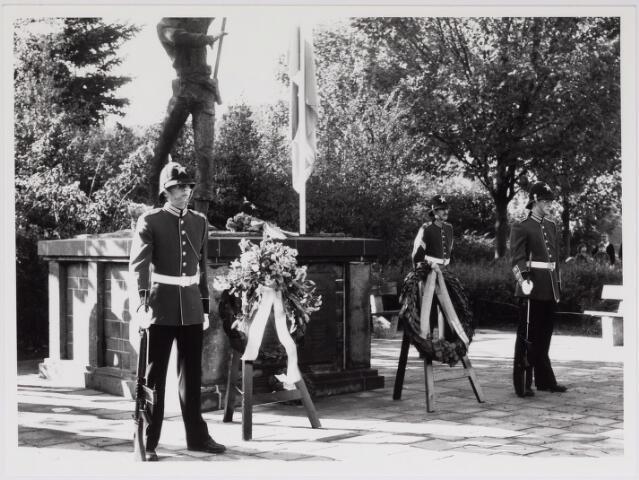 043228 - Kranslegging bij Monument Prinses Irene Brigade b.g.v. 'Tilburg 40 jaar bevrijd'.